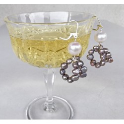 Moderne Perlenohrringe Gaia aus  weissen und grauen Süsswassserperlen und Silber.