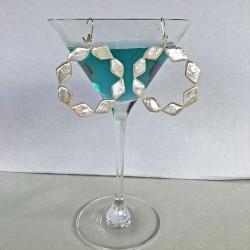 Harmonia Perlenohrringe: Grosse spezielle Creolen aus rautenförmigen Süsswasserperlen