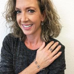 Eudora Perlenarmband grau und Proto Perlenring und Proto Perlenohrringe aus Süsswasserperlen und Silber